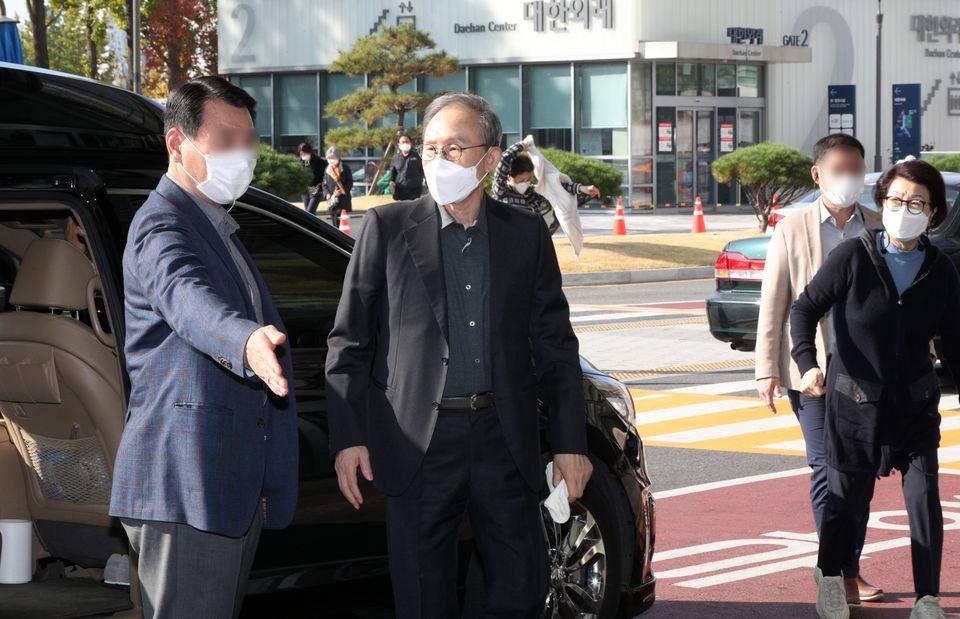 서울 종로구 서울대병원에 도착한 이명박 전 대통령.