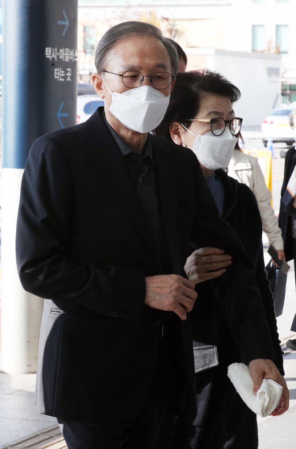 서울 종로구 서울대병원에 도착한 이명박 전 대통령. 김윤옥 여사의 모습도 보인다.