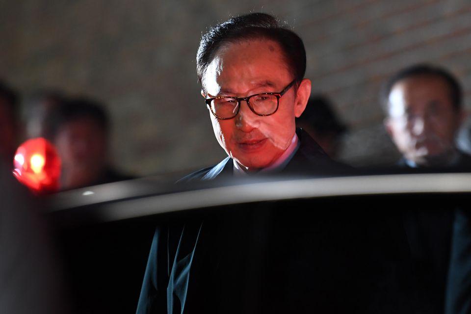 뇌물수수 등의 혐의로 구속영장이 발부된 이명박 전 대통령이 22일 밤 서울 강남구 논현동 자택을 나서 검찰 차량으로 향하고 있다.