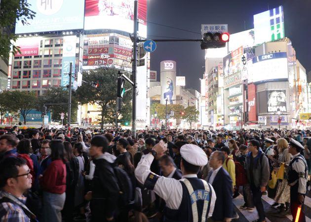 ハロウィンで混雑するJR渋谷駅前のスクランブル交差点=2019年10月31日夜、東京都渋谷区