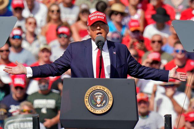 도널드 트럼프 대통령이 플로리다 탬파에서 열린 유세에서 특유의 제스처를 취하고