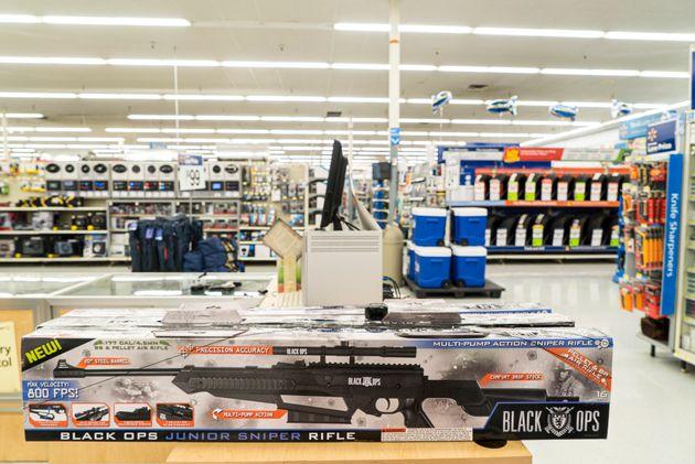 Le géan de la distribution Walmart a décidé de retirer les armes à feu des...