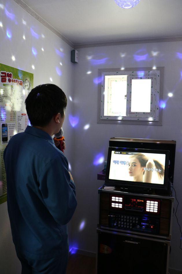 전북 전주교도소에 마련된 심신치유실 내 노래방에서 수용자가 노래를 부르고 있다.