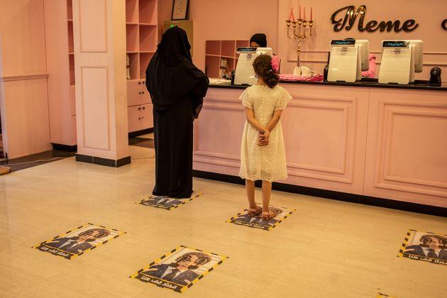 Λιβύη 29 Οκτωβρίου Κατάστημα με ρούχα στην Τρίπολη. Στο πάτωμα μπορεί κανείς να δει τις σημάνσεις για τις αποστάσεις λόγω κορωνοϊου με το πρόσωπο το Μακρόν