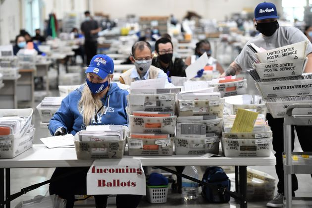 캘리포니아주 로스앤젤레스카운티 개표소에서 개표요원들이 우편투표 개표 사전작업을 하고 있다. 2020년 10월28일. 캘리포니아주에서는 선거일 전에 미리 우편투표 개표를 위한 분류 작업...
