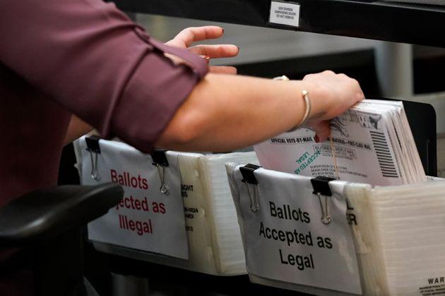 플로리다주 도랄의 한 선거사무소에서 선거관리요원들이 우편투표 봉투 분류 작업을 하고 있다. 2020년