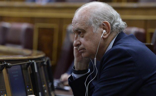 Jorge Fernández Díaz, escuchando algo con unos