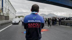 Whirlpool conferma la chiusura a Napoli. Gli operai bloccano la