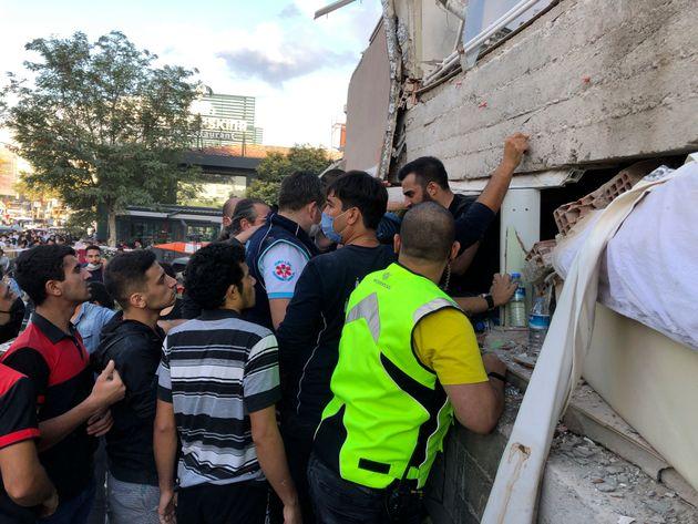Νεκροί στη Σμύρνη από τον σεισμό - Βίντεο από τις καταστροφές και το
