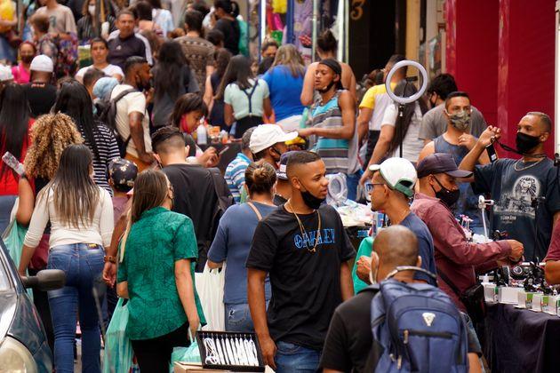 Apesar do impacto inicial, trabalhadores formais voltam a retomar atividades antes, como nas ruas de...