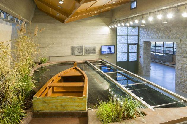 Εσωτερική άποψη του Μουσείου Περιβάλλοντος Στυμφαλίας. Διακρίνεται το ανοιχτό ενυδρείο, το οποίο αναπαριστά τη λίμνη σε τομή με ψάρια και φυτά της περιοχής