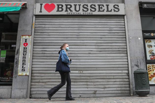 Une passante dans les rues de Bruxelles le 28 octobre 2020 (Xinhua/Zheng Huansong via Getty