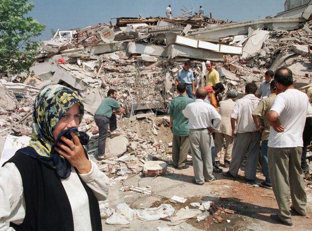 Εκατοντάδες κρίτια κατέρρευσαν στην πόλη Γκολκούλ, μερικά χιλιόμετρα μακριά από το Ιζμίτ.