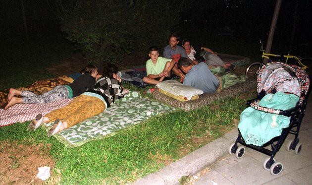 Οικογένειας στους δρόμους των Αθηνών μετά τον σεισμό.