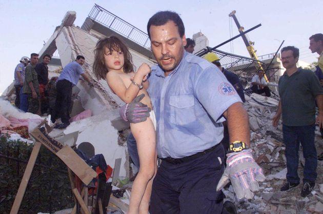 Διασώστης βγάζει κοριτσάκι από τα συντρίμμια στο Μενίδι, μετά τον καταστροφικό σεισμό με επίκεντρο την Πάρνηθα στις 7 Σεπτεμβρίου του 1999.