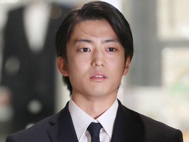 釈放され、謝罪する俳優の伊藤健太郎さん=10月30日夜、東京都江東区の警視庁東京湾岸署