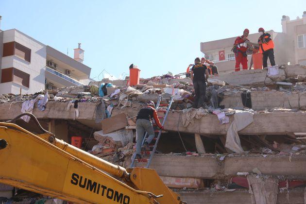 Salgono a 27 le vittime del terremoto nell'Egeo. Madre e 4 figli estratti