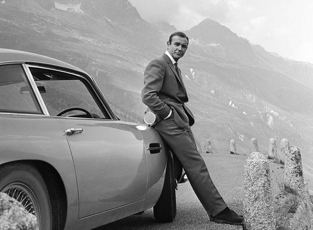 Sean Connery posa como James Bond em 007 contra Goldfinger, em