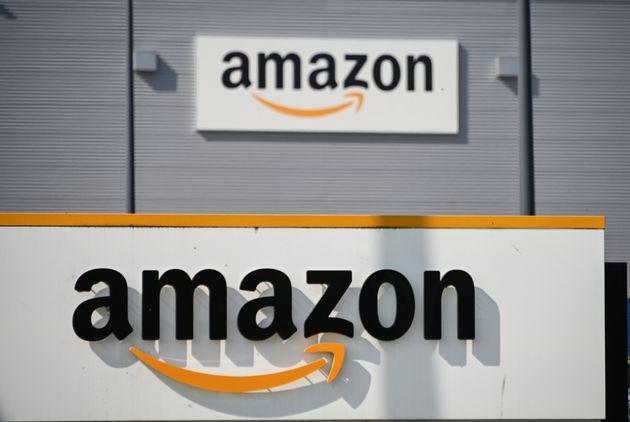Le logo d'Amazon devant le centre logistique de Lauwin-Planque (Nord), le 16 avril