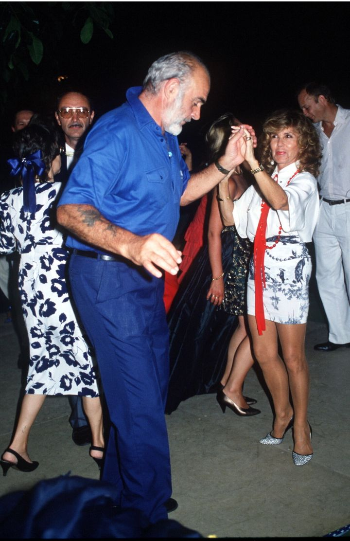El actor disfrutando de la noche marbellí con su mujer, Micheline Roquebrune.