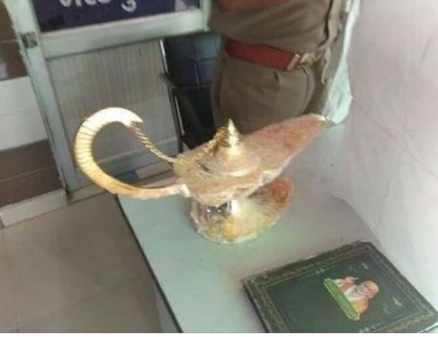 Ινδία: Απατεώνες πούλησαν σε γιατρό το «λυχνάρι του Αλαντίν» για 41.500