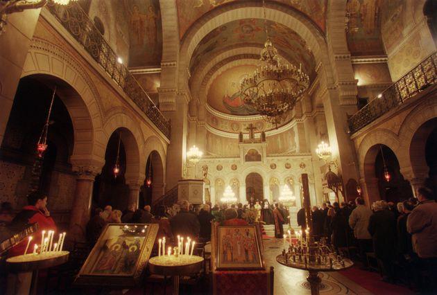 Des popes orthodoxes de nationalité grecque célèbrent le 31 janvier 2000 la Fête...