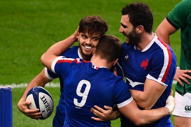 Romain Ntamack, célébrant avec ses coéquipiers son essai lors de France-Irlande,...