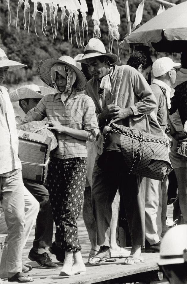 漁民に扮するジェームズ・ボンド役のショーン・コネリーさん(右)。