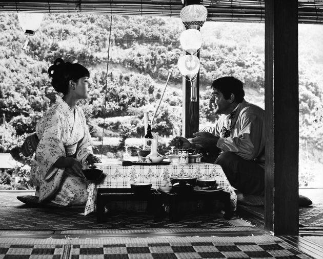 ショーン・コネリーさん(右)と浜美枝さん(左)のシーン。