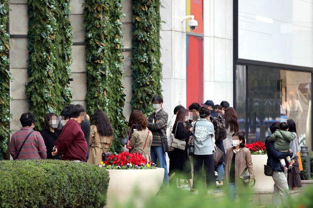 1일 오전 서울 중구 롯데백화점 에비뉴엘 명품관을 찾은 고객들이 샤넬 매장에 들어가기 위해 개장 시간을 기다리고 있다. 명품 소비자들이 샤넬의 미확인 가격인상 소문으로 이른 아침부터...
