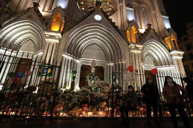 Des Niçois rendent hommage aux victimes de l'attentat dans une église de leur ville, samedi...