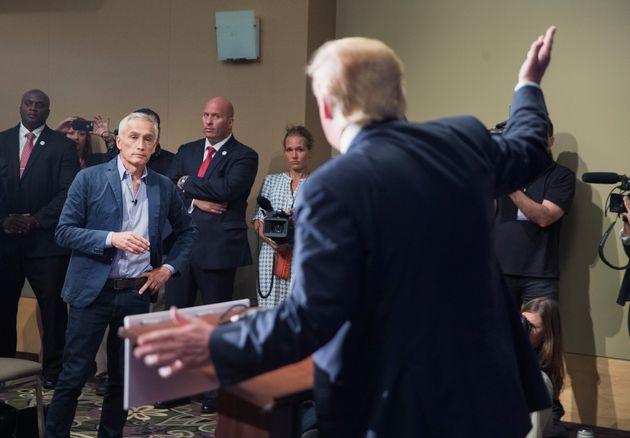 Donald Trump expulsa a Jorge Ramos de una rueda de prensa en agosto de 2015, en
