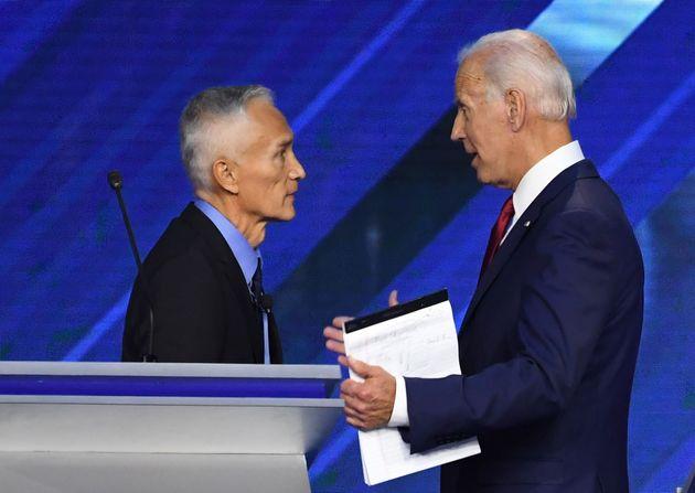 Jorge Ramos saluda a Joe Biden durante el debate de los candidatos a las primarias del Partido Demócrata...