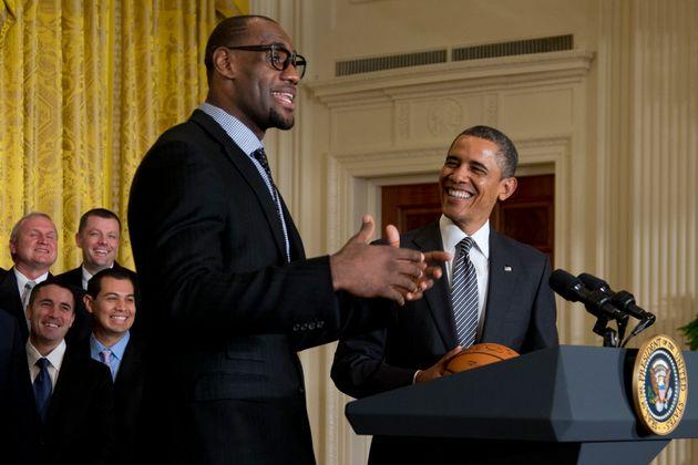 (자료사진) 2013년 1월28일 - NBA 우승팀 백악관 초청 행사에서 버락 오바마 대통령이 마이애미 히츠 포워드 르브론 제임스의 발언을 듣고