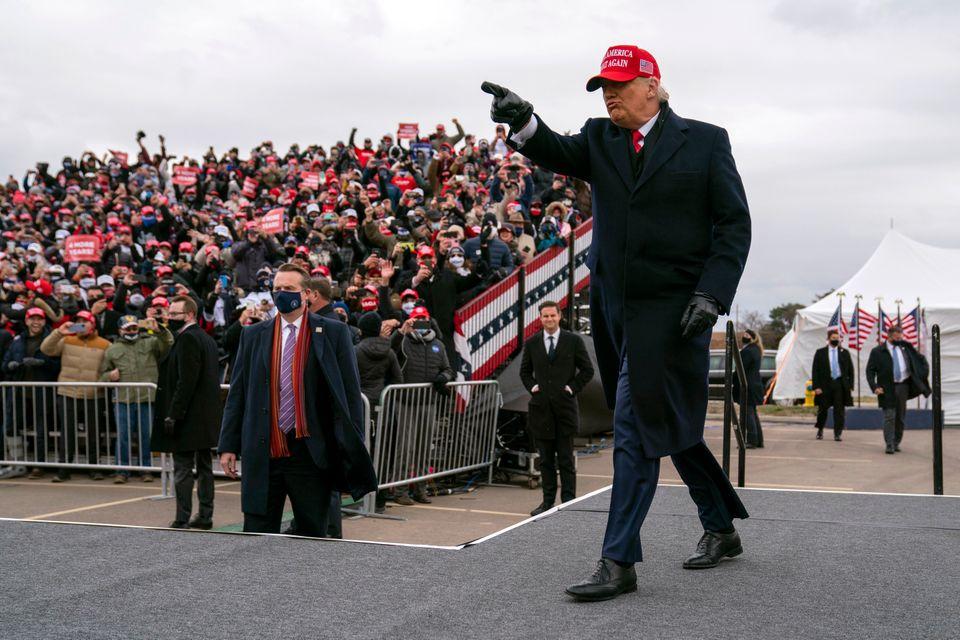 도널드 트럼프 대통령이 이날 첫 현장 유세가 열린 미시간 스포츠스타공원에 들어서고 있다. 워싱턴, 미시간주. 2020년