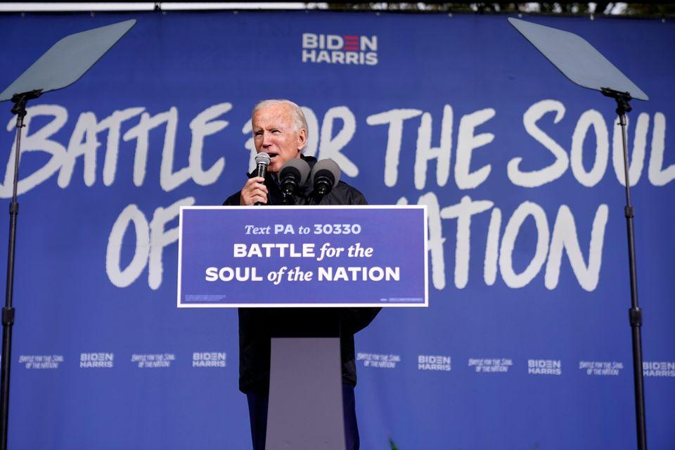 조 바이든 후보가 사론침례교회 앞에서 열린 '드라이브 인(drive-in)' 유세에서 발언하고 있다. 필라델피아, 펜실베이니아주. 2020년