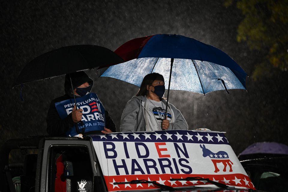 지지자들이 바이든의 연설을 듣고 있다. 필라델피아, 펜실베이니아주. 2020년