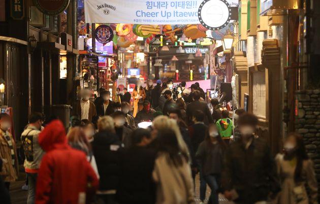 핼러윈 데이인 31일 저녁 서울 용산구 이태원동 일대를 찾은 시민들로 북적이고