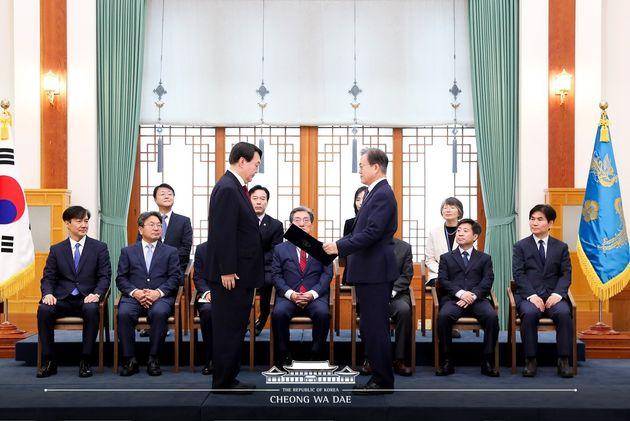 2019년 7월 25일 문재인 대통령이 청와대에서 윤석열 신임 검찰총장에게 임명장을 수여하는 모습을 당시 조국 민정수석(왼쪽)이 지켜보고
