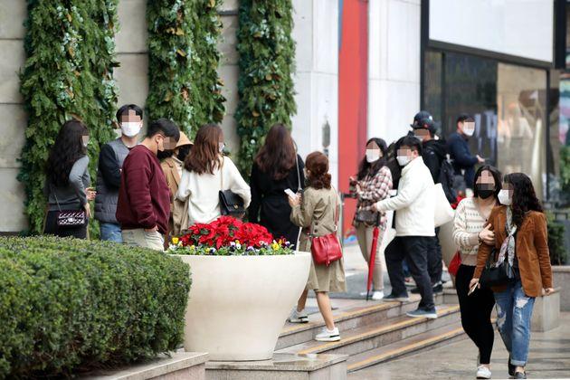 서울 중구 롯데백화점 에비뉴엘 명품관을 찾은 고객들이 샤넬 매장에 들어가기 위해 개장 시간을 기다리고