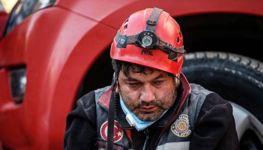Ψάχνοντας στα συντρίμμια ίχνη ζωής: Το τιτάνιο έργων των διασωστών μετά το σεισμό στο