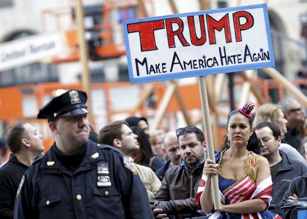 ニューヨークで行われたトランプ氏への反対と移民支援を訴えるデモ(2015年12月11日)