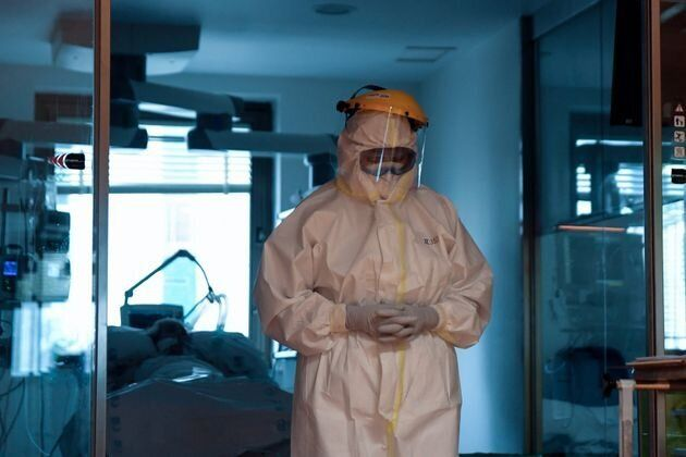 Una sanitaria en la UCI del Hospital Ramón y Cajal de Madrid, después de atender a un paciente de coronavirus...