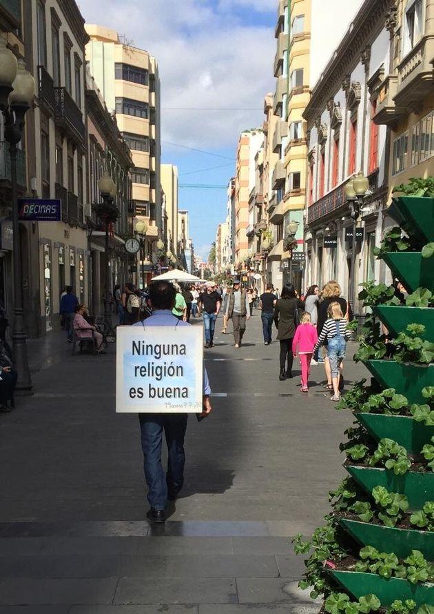 Imagen de archivo de un hombre paseando por la Calle Mayor de Triana en Las Palmas de Gran Canaria con...