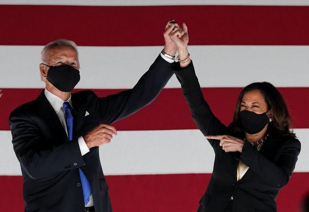 El candidato a la presidencia, Joe Biden, y la candidata a la vicepresidencia, Kamala Harris, durante...