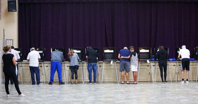 Un grupo de personas votando en