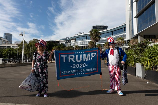 S4일 호주 시드니에서 트럼프 지지자들이 현수막을 들어보이고