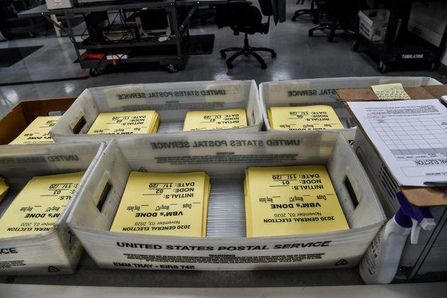 3일 마이애미의 한 선거사무소에서 개표 작업을 준비 중인
