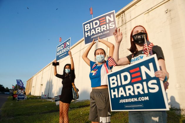 3일 플로리다주 탬파에서 시민들이 민주당 바이든-해리스 지지 피켓을 들고