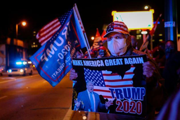 Simpatizantes de Trump frente a un restaurante cubano en Miami, Florida, el 3 de
